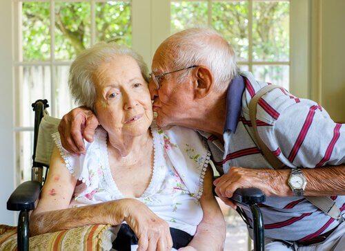 demanslı yaşlı çift