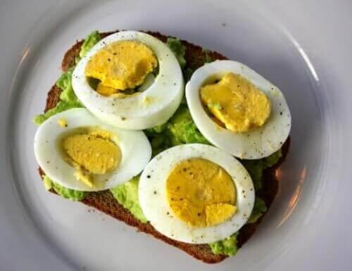 fazla yağlarla savaşan yumurta ve avokado