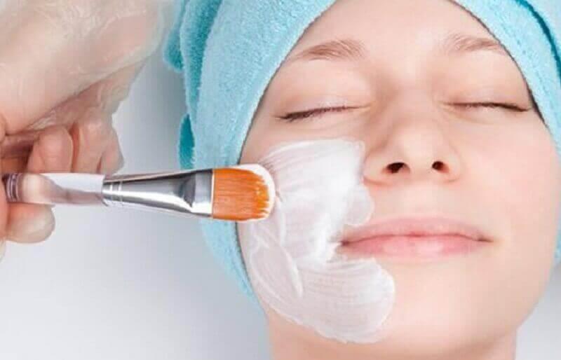 yüz maksesi yapan kadın