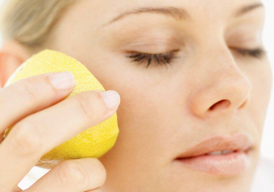 yüzüne limon süren kadın