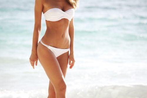 kumsalda yürüyen bir kadın