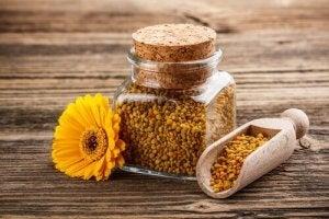 bir kavanoz arı poleni