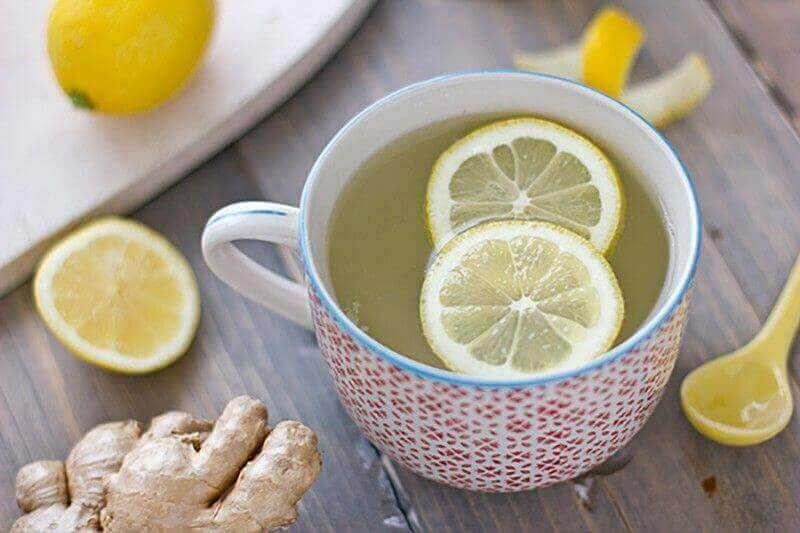 boğaz ağrısı için limon ve zencefilli sıcak çay