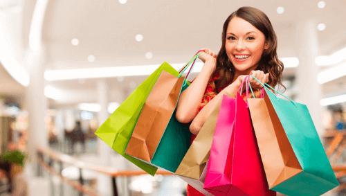 hafta sonu alışveriş yapan kadın