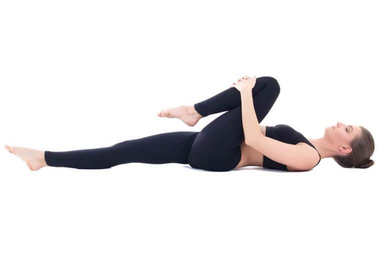 sırt üstü yoga duruşu