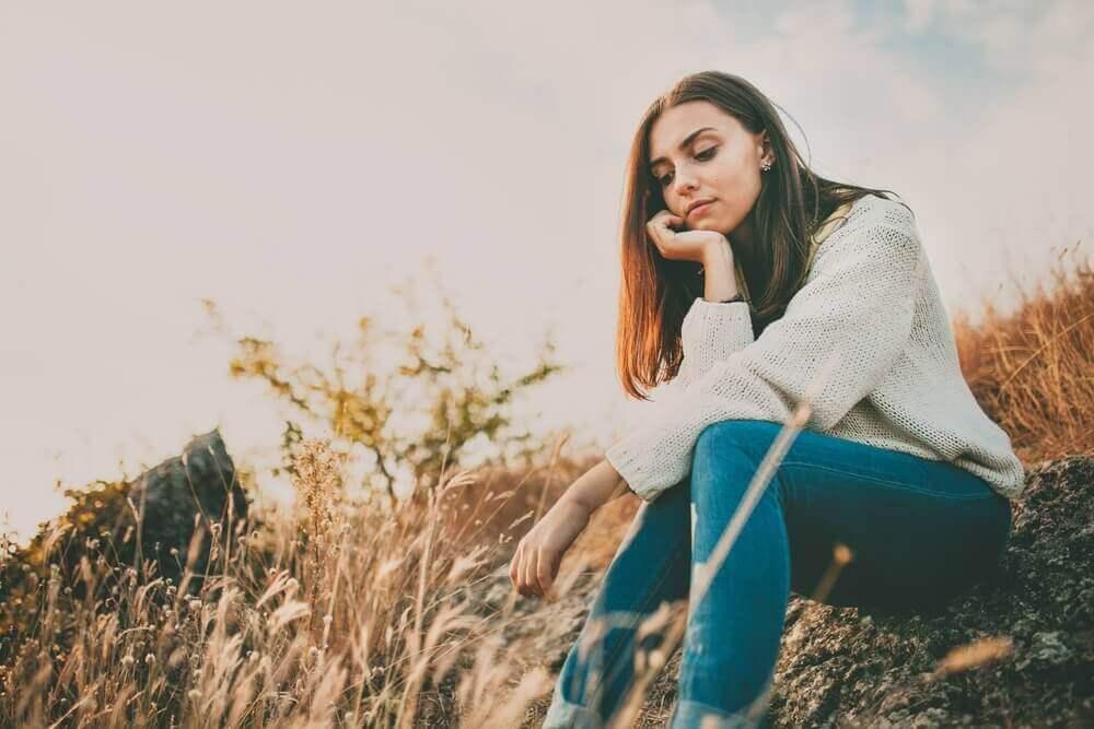 otların arasında oturan kadın