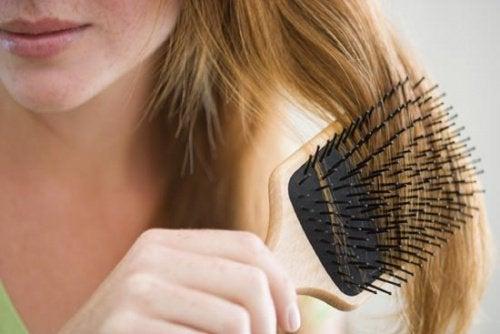 saç tarayan kadın