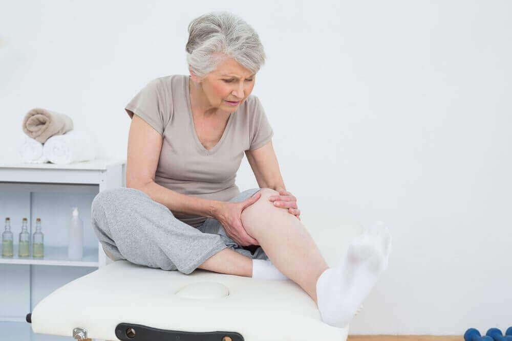 bacakları ağrıyan kadın