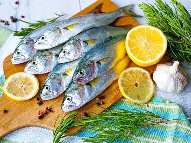 kesme tahtasında balıklar