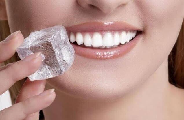 ağzına buz tutan kadın