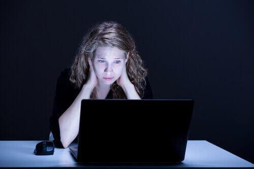 yalnız görünen üzgün kadın