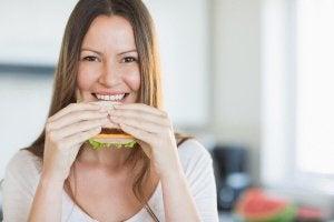 sandviç yiyen kadın