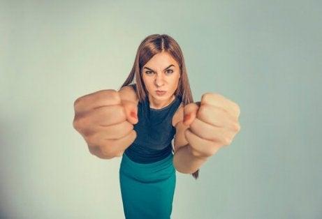 yumruk gösteren agresif kadın