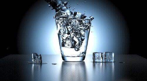 bardağa dolan buz gibi su