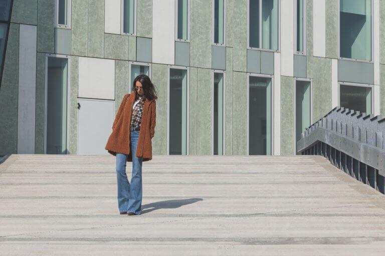 binanın önündeki kadın