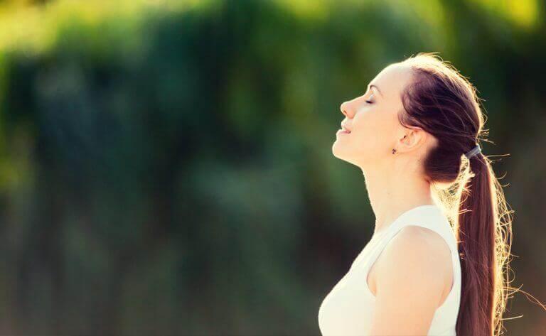 huzurla nefes alan kadın