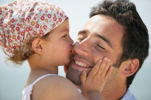 kızı ile vakit geçiren baba