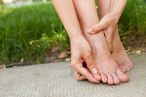 ayak parmakları şişmiş