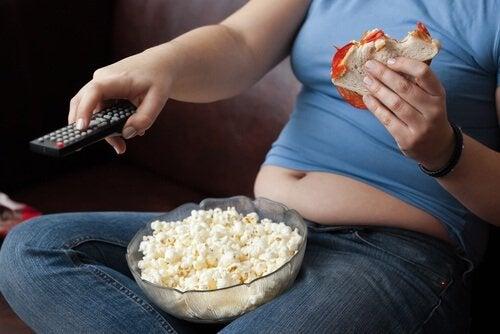televizyon önünde sağlıksız beslenmek