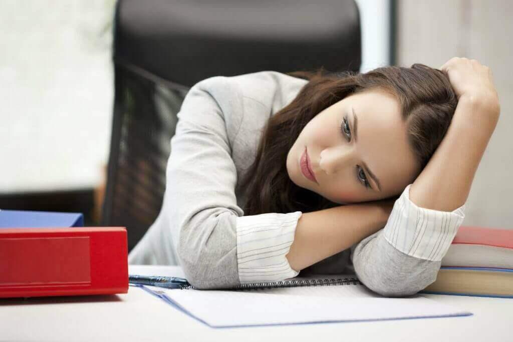 hipotiroidizmden muzdarip kadın