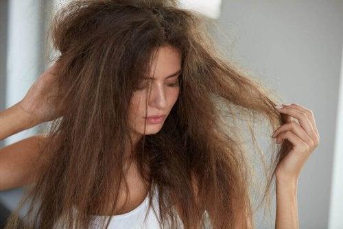 Saçları Nemlendirmek için 5 Doğal Tedavi Yöntemi
