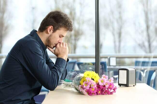 çiçekle bekleyen erkek