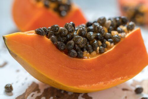 bir dilim papaya meyvesi