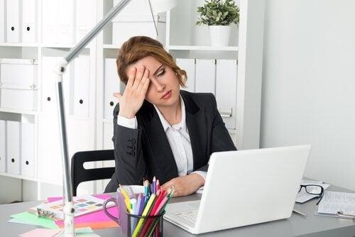 yorgun hisseden çalışan kadın