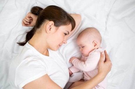 uyuyan bebek ve anne