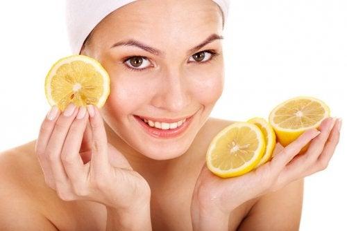 limon maskesi yapan kadın