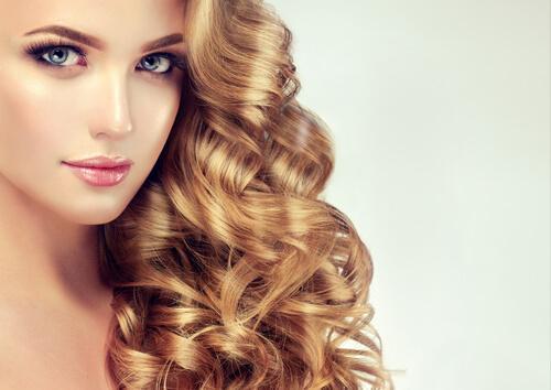 dalgalı saçlı kadın