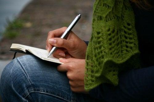 yazı yazan kadın