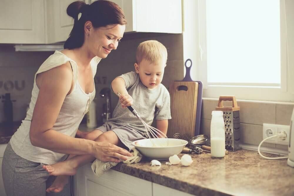 yemek yapan anne ve çocuk