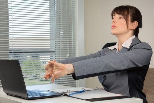 ellerini esneten kadın ve el egzersizi