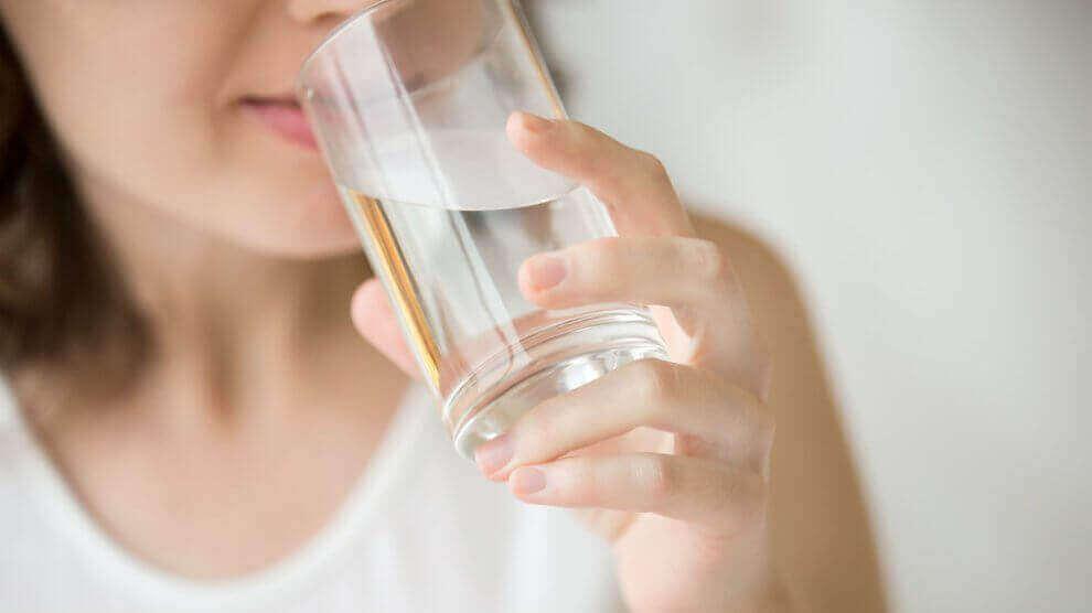 bardaktan su içen kadın