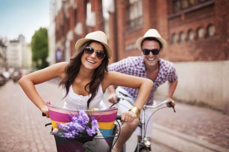 bisiklete binip eğlenen çift