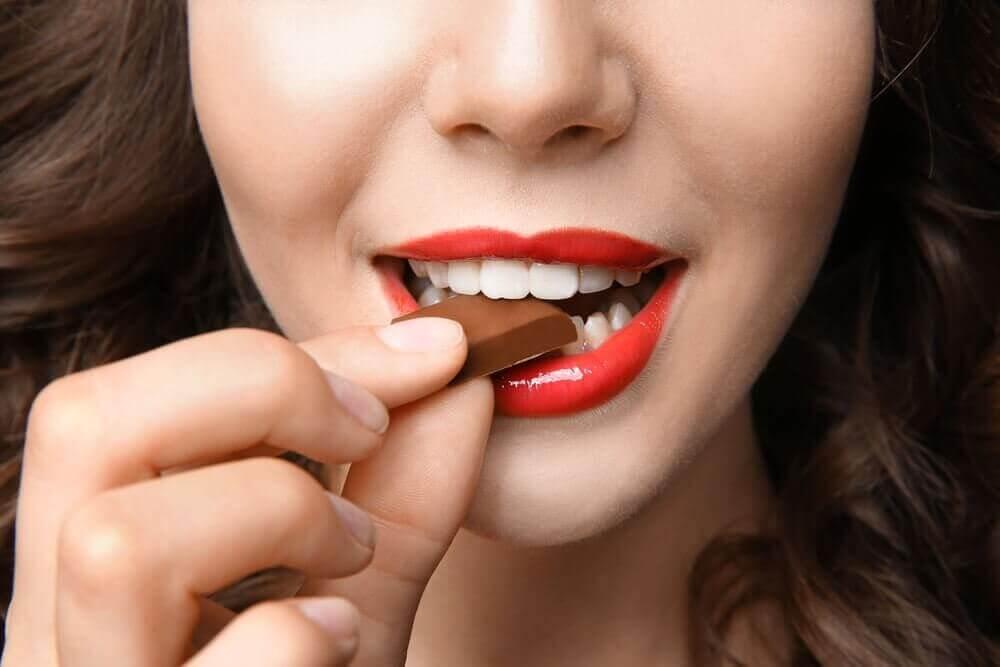 çikolata yiyen kadın