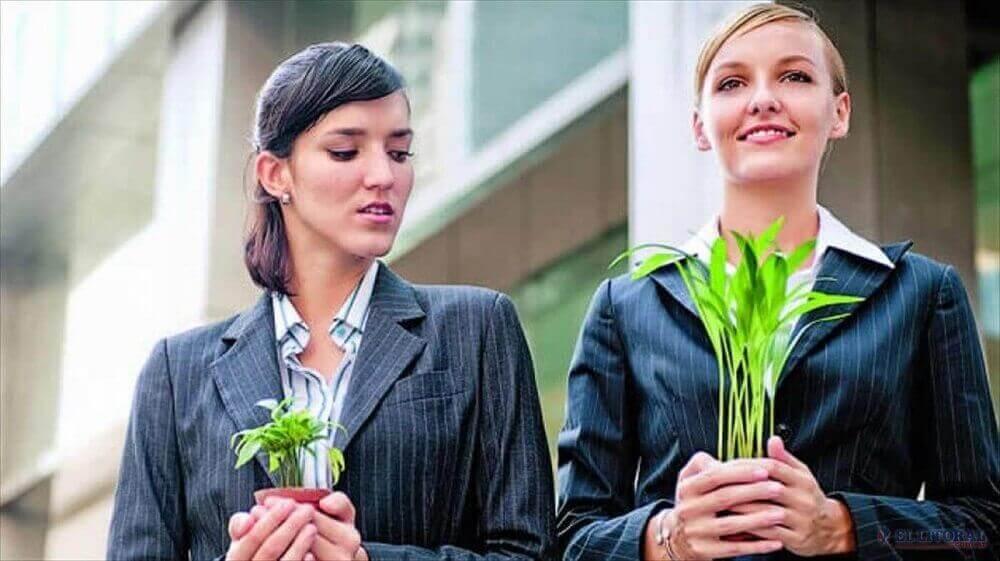 iki kadın ve tuttukları bitki
