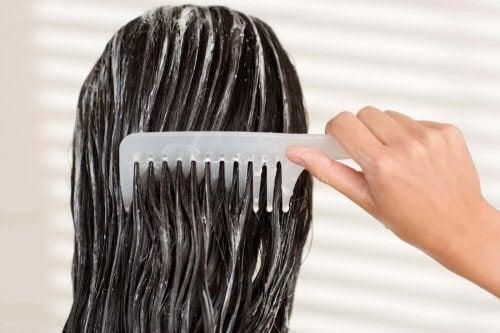 ıslak saçı taramak