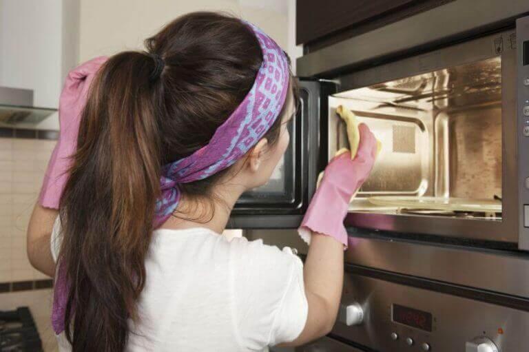 mikrodalga fırını temizleyen kadın
