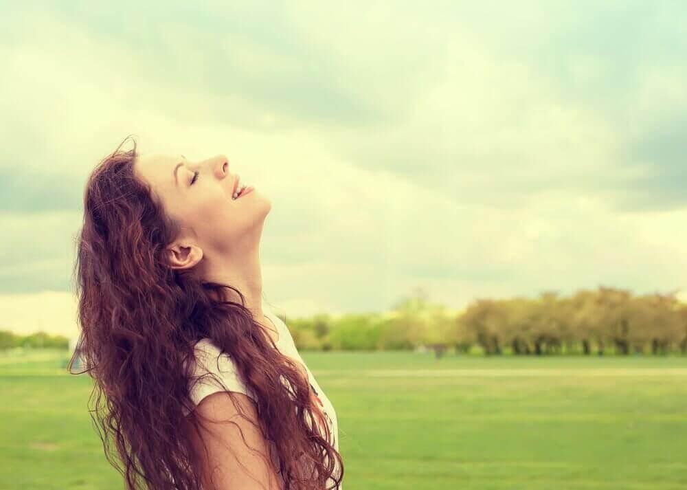 mutlu hisseden kadın