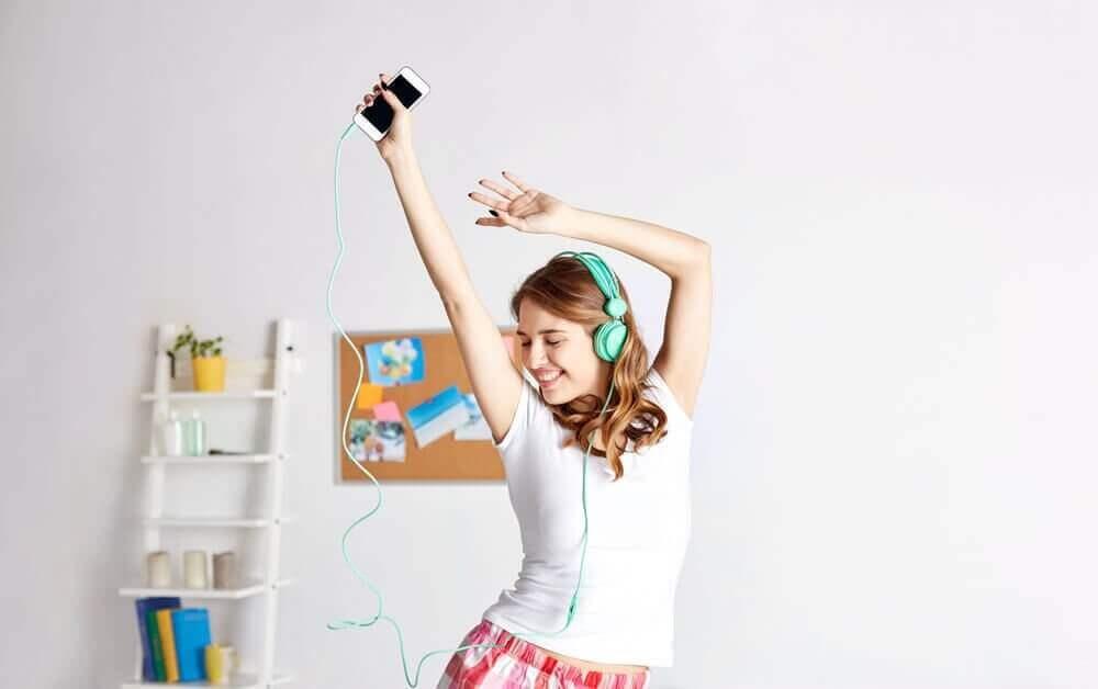 odasında dans eden mutlu kız