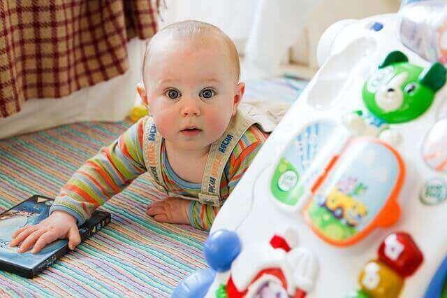 oyun oynayan bebek