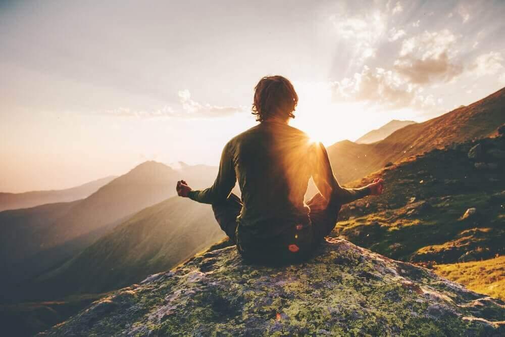 dağda meditasyon yapan adam