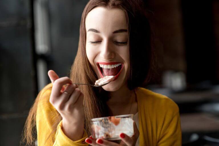 tatlı yiyen kadın