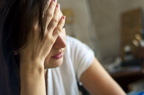 üzgün düşünceli kadın