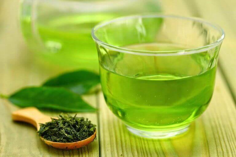 yeşil çay ve çay yaprakları