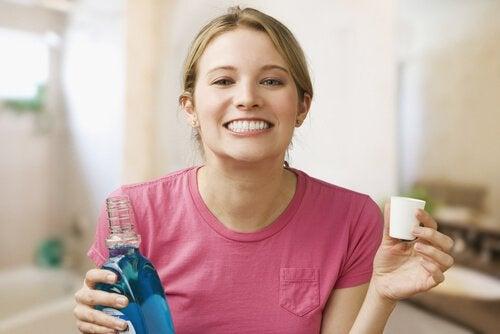 ağız gargarası yapan kadın