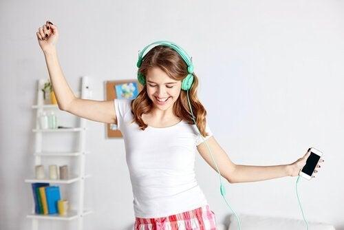 kulaklıkla dans eden mutlu kız