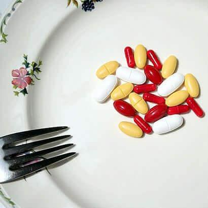 tabağın içerisinde duran ilaçlar